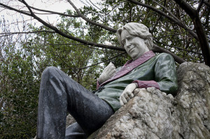 A statue of Oscar Wilde in Dublin. (photo by Stephane Moussie)